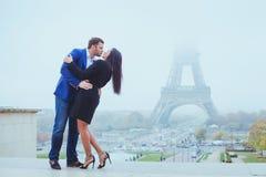Verbinden Sie das Küssen nahe Eiffelturm in Paris, Valentinsgrußtag lizenzfreies stockbild