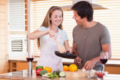 Verbinden Sie das Kochen des Abendessens Stockfoto