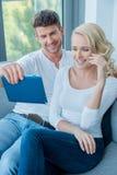 Verbinden Sie das Lächeln und das Lachen, wie sie eine Tablette lesen Lizenzfreies Stockbild