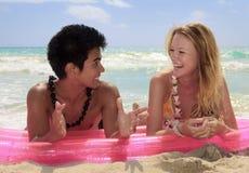 Verbinden Sie das Lügen auf einem Floß am Strand Stockbilder