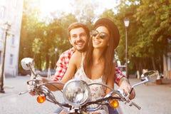 Verbinden Sie das Lernen, einen Roller auf Straße zu fahren Lizenzfreies Stockfoto