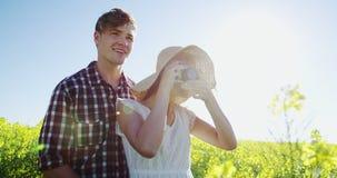 Verbinden Sie das Machen des Fotos von der Kamera auf dem Senfgebiet stock video footage