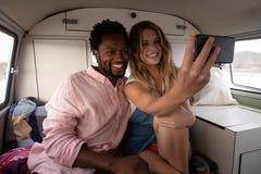 Verbinden Sie das Nehmen eines selfie im Reisemobil am Strand stockfoto