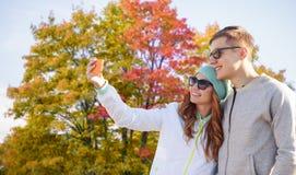 Verbinden Sie das Nehmen von selfie durch Smartphone im Herbstpark stockbild