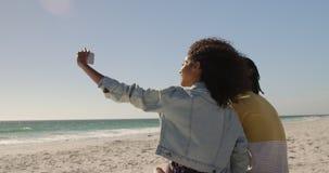 Verbinden Sie das Nehmen von selfie mit Handy auf dem Strand 4k stock footage