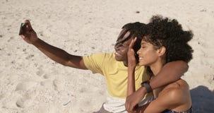 Verbinden Sie das Nehmen von selfie mit Handy auf dem Strand 4k stock video
