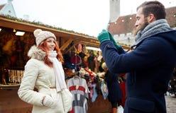 Verbinden Sie das Nehmen von selfie mit Smartphone in der alten Stadt Stockfotos