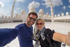Verbinden Sie das Nehmen von selfie in Sheikh Zayed Grand Mosque, Abu Dhabi, Vereinigte Arabische Emirate Lizenzfreie Stockfotografie