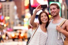 Verbinden Sie das Nehmen von Smartphone selfie in New York, NYC lizenzfreie stockfotos