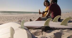 Verbinden Sie das Rösten von Bierflaschen auf dem Strand 4k stock footage