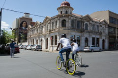 Verbinden Sie das Radfahren durch den Maboneng-Bezirk von Johannesburg stockbild