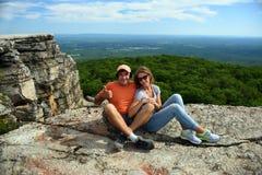 Verbinden Sie das Sitzen auf dem Felsen am Minnewaska-Nationalpark lizenzfreies stockfoto