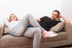 Verbinden Sie das Sitzen auf der Couch nach einer Debatte Stockfoto