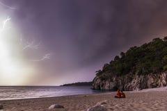 Verbinden Sie das Sitzen nachts stürmisches nahe Mittelmeer Lizenzfreie Stockfotos