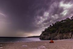 Verbinden Sie das Sitzen nachts stürmisches nahe Mittelmeer Stockfotografie