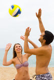 Verbinden Sie das Spielen mit einem Ball auf dem Strand Stockfoto