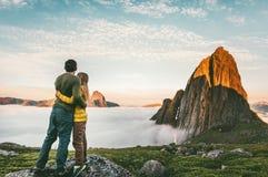 Verbinden Sie das Umarmen, die Gebirgslandschaftsfamilie genießend, die zusammen reist stockbild