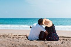 Verbinden Sie das Verbringen von Zeit auf dem Strand mit einer Gitarre stockfotos