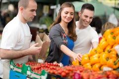 Verbinden Sie das Wählen des Pfeffers vom Verkäufer am Straßenmarkt Stockbild