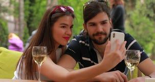 Verbinden Sie Datum, Mann und Frau machen das selfie, das am Tisch sitzt stock video footage