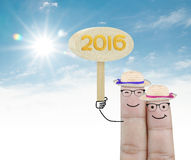 Verbinden Sie den Finger, der Holzschild 2016 auf weißem Hintergrund hält Lizenzfreies Stockfoto