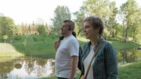 Verbinden Sie den Mann und Frau, die in den Park im Sommer gehen stock footage