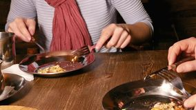 Verbinden Sie den Mann und Frau, die Pizza in einem Café essen stock video footage