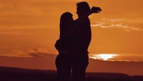 Verbinden Sie in der Liebe, die am Sonnenuntergangsonnenlichtschattenbild umarmt Familienliebes-Konzeptliebe Verbinden Sie Mann-  stock video footage