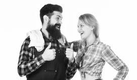Verbinden Sie in der Liebe, die zum Grill fertig wird Picknick und Grill Bärtiger Hippie und Mädchen des Mannes bereit zum Grillw lizenzfreies stockbild