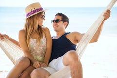 Verbinden Sie die Entspannung in einer Hängematte am Strand Stockfotografie