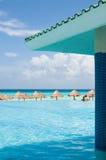 Verbinden Sie die Entspannung im Pool und in dem Ozean anstarren Stockbild