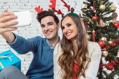 Verbinden Sie die Herstellung von selfie Fotos mit Telefon auf Weihnachten lizenzfreie stockfotos