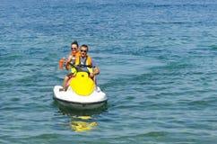 Verbinden Sie die Leute, die Spaß mit Jetski auf hoher See haben Stockbild