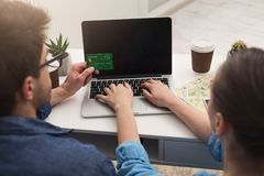 Verbinden Sie die Planungsreise und online suchen und zahlen lizenzfreies stockfoto