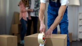 Verbinden Sie die traurig aufpassende Arbeitskraft, die ihre Sachen, Beschlagnahmung des Eigentums wegnimmt lizenzfreie stockfotos
