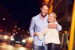 Verbinden Sie die Umfassung auf Stadtstraße nachts, Porträt stockfotografie