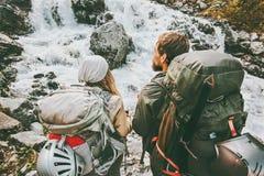 Verbinden Sie die Wanderer, die in den Bergen zusammen wandern, lieben und reisen Stockbilder