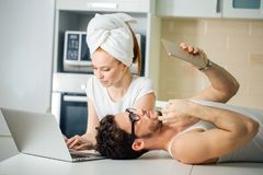 Verbinden Sie etwas auf Laptop und Tablette zu Hause suchen Lizenzfreie Stockfotografie