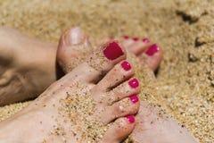 Verbinden Sie Füße auf dem Strand, Liebesweichheits-Verbindungskonzept Lizenzfreies Stockbild