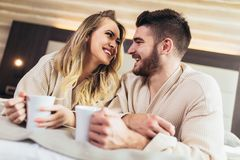 Verbinden Sie Getränkkaffee im Luxushotelraum stockbilder