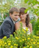 Verbinden Sie glückliches in der Liebe, die im Park sitzt Lizenzfreie Stockfotografie