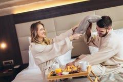 Verbinden Sie Haben von Kissenschlacht im Hotelzimmer stockfotos