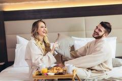 Verbinden Sie Haben von Kissenschlacht im Hotelzimmer lizenzfreie stockfotos