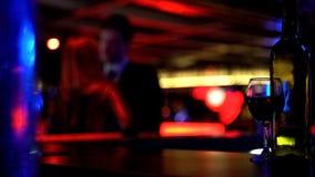 Verbinden Sie herzlich küssen am Treffen und in Nachtklub datieren, unscharfer Hintergrund stockbild