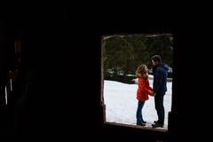 Verbinden Sie Holdinghände auf Schnee Lizenzfreies Stockfoto