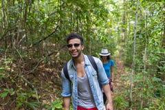Verbinden Sie mit Rucksack-Trekking auf Forest Path, jungem Mann und Frau auf Wanderungs-Touristen stockbilder