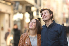 Verbinden Sie oben schauen in der Straße einer Stadt Stockbilder