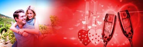 Verbinden Sie piggyback geben mit Valentinsgruß ` s Liebesübergang und Champagnergläser und -herzen Stockfotos