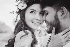 Verbinden Sie Porträt eines Mädchens und des Kerls, die nach einem Hochzeitskleid, einem rosa Kleiderfliegen mit einem Kranz von  Lizenzfreie Stockfotografie