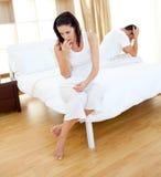 Verbinden Sie Resultate einer Schwangerschaftprüfung herausfinden Stockfoto